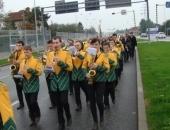 Przemarsz działkowców w asyście orkestry dętej